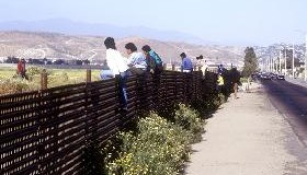 """<!--:es-->OTRO """"MURO DE LA VERGÜENZA"""".- El  Proyecto H.R. 4437, """"Ley de control de la inmigración ilegal y el antiterrorismo de 2005"""".<!--:-->"""