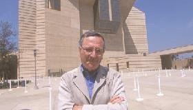 <!--:es-->UN EDIFICIO CON VIDA PROPIA.- El arquitecto de la nueva Catedral siente la melancolía de decir adiós a su proyecto terminado.<!--:-->