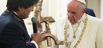 <!--:es-->ASÍ REACCIONÓ EL PAPA FRANCISCO CUANDO EVO MORALES LE REGALÓ CRISTO SOBRE HOZ Y MARTILLO<!--:-->