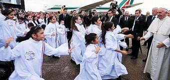 <!--:es-->NIÑOS DEL CORO ATRAPAN AL PAPA FRANCISCO EN LLEGADA A PARAGUAY CON PEDIDO ESPECIAL<!--:-->