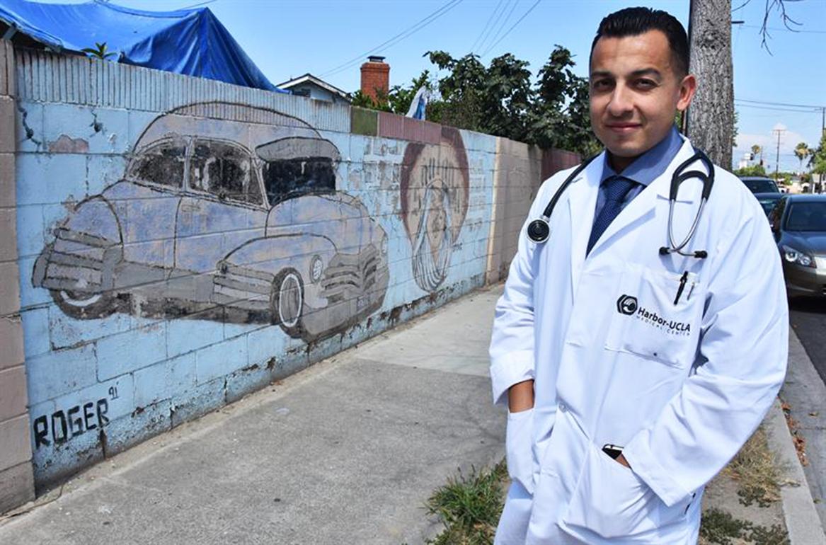 <!--:es-->UN MÉDICO EX PANDILLERO DE LOS ÁNGELES BUSCA SACAR DE LAS CALLES A OTROS<!--:-->