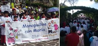 COLORIDA PEREGRINACIÓN DE MONAGUILLOS A LA VIRGEN DE GUADALUPE EN MÉXICO