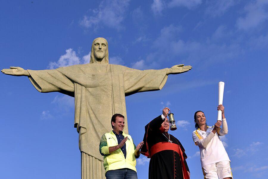 CARDENAL BENDICE ANTORCHA OLÍMPICA DE RÍO 2016 A LOS PIES DEL CRISTO REDENTOR