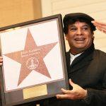 BRS05. LAS VEGAS (NV, EEUU), 17/12/2009.- El cantante y compositor mexicano Juan Gabriel posa con su estrella hoy, jueves 17 de diciembre de 2009, en el paseo de las estrellas de Las Vegas, Nevada (EEUU). EFE/Barry Sweet