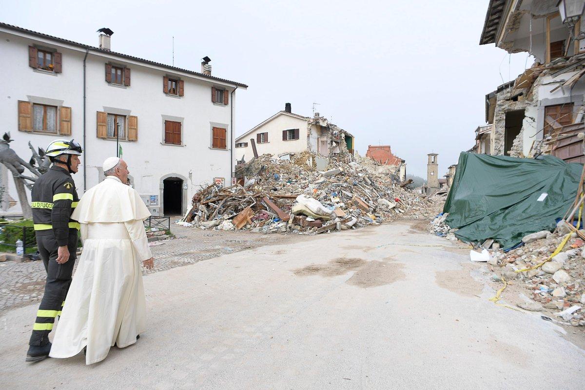 EL PAPA CUMPLE SU PROMESA Y VISITA POR SORPRESA ZONA DEL TERREMOTO EN ITALIA