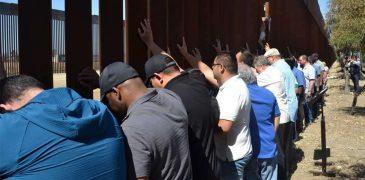 35 SACERDOTES REZAN POR MIGRANTES ANTE EL MURO QUE SEPARA MÉXICO Y ESTADOS UNIDOS
