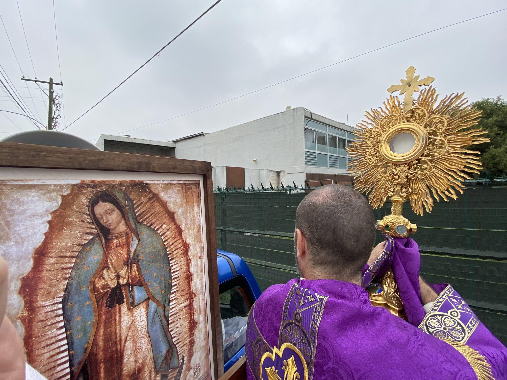 CERRARON LAS IGLESIAS, PERO JESÚS SALIÓ A LAS CALLES DE AMÉRICA LATINA Y ESPAÑA PARA LLEVAR FE Y ESPERANZA