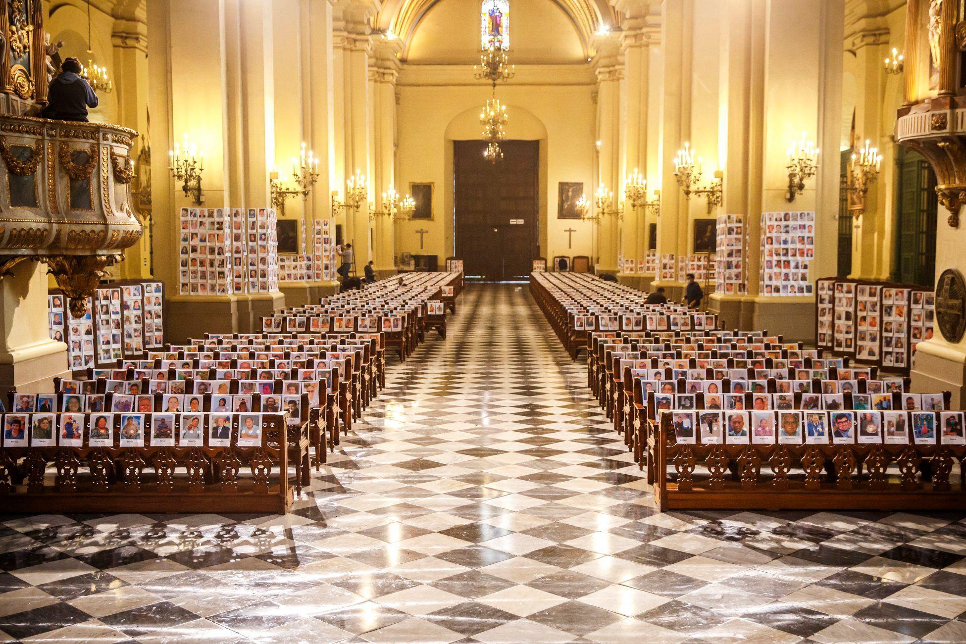 CORONAVIRUS: LLENAN CATEDRAL CON 5 MIL FOTOGRAFÍAS DE FIELES PARA REZAR POR FALLECIDOS