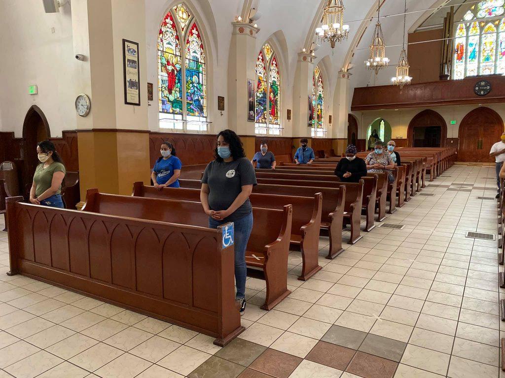 LAS IGLESIAS CATÓLICAS DE LOS ÁNGELES SE REABREN DE ACUERDO A UN PLAN GRADUAL