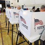 AGX103 PACIFIC PALISADE (EE.UU.), 06/11/2012.- Unas personas votan en un colegio electoral ubicado en un gimnasio en Pacific Palisade (California, Estados Unidos) hoy, martes 6 de noviembre de 2012. Hoy se celebran elecciones en EE.UU. para elegir al próximo presidente del país, así como renovar la Cámara de Representantes y parte del Senado. EFE/Michael Nelson