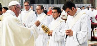 PAPA FRANCISCO ORDENA 9 NUEVOS SACERDOTES Y LES PIDE SER PASTORES, NO EMPRESARIOS